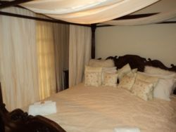 Deluxe / Honeymoon Suite Room Thumbnail Pic 1