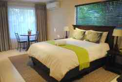 Deluxe Queen Bedroom  Room Thumbnail Pic 1