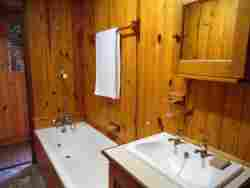 2 Dune Park, Keurboomstrand.  Second bathroom with bath, toilet and basin.