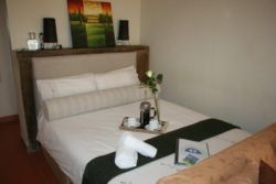Double bed self catering unt, ensiute, small kitchenette, private entrance!