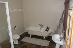 Full ensuite bathroom for main bedroom.
