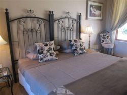 Standard King Size bedded Room with en suite bathroom