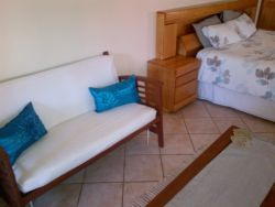 Free standing King : with King Size bed, sleeper couch, TV with full DSTV, en-suite bathroom, small lounge, fully equipped, self catering kitchenette and underfloor heating.