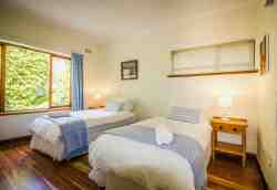 Main House bedroom 3: 2 x single beds