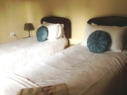 Gecko Cottage. Twin bedroom (can be made up to a king on request when booking)