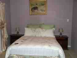 Queen Bed - Self-catering Units - Self-Catering: *ROOM 1* with Bathtub/Shower
