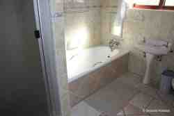 Main-en-suite Bathroom