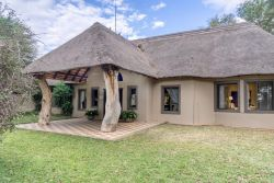 Spoil the love of your life to a romantic Bush Picnic at Re a Lora Lodge!