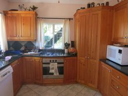 Kitchen with Granite Surfaces and Oak-wood cupboards, Gas/Electric Stove and Oven, Microwave, Toaster, etc.