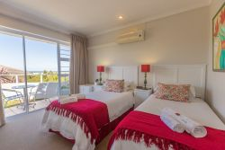 Daisy Room: Twin Beds with Sea View Bath and Shower