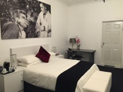 James Dean and Natalie Wood Room - Deluxe - Queen size bed.