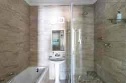 Deluxe 2, bathroom/shower