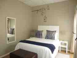 3 Gonubie Sands (50sqm), single bedroom with queen bed and en-suite shower.