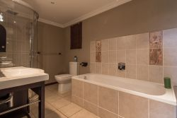 Deluxe King En-suite Bathroom 1