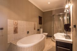Deluxe King En-suite Bathroom 2
