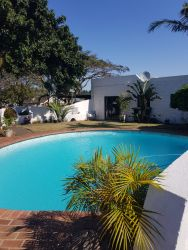 Swimming Pool next to Daisy Cottage and Veranda